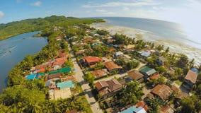 Vila filipino remota Silhueta do homem de negócio Cowering A ilha de Bohol Cidade de Anda fotografia de stock