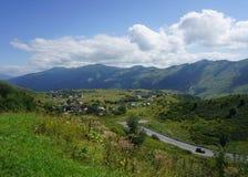 Vila Georgian de Cáucaso imagens de stock royalty free