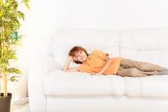 Vila hemma på soffan royaltyfri fotografi