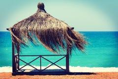 Vila hyddan på den tropiska stranden på kusten av havet Royaltyfri Foto