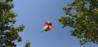 Vila i himlen, paraglider, folk, en pilot och ett passagerareflyg i himlen Royaltyfri Foto
