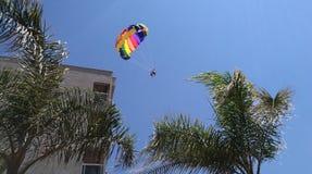 Vila i himlen, paraglider, folk, en pilot och ett passagerareflyg i himlen Fotografering för Bildbyråer