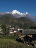 Vila idílico Ghandruk e Annapurna snowcapped sul fotografia de stock