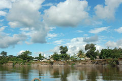 Vila indiana na floresta úmida de Amazónia. Imagens de Stock
