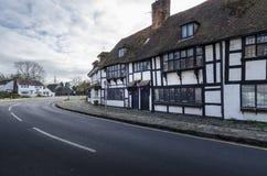 Vila inglesa com as casas quadro da madeira, Biddenden, Kent Reino Unido fotos de stock