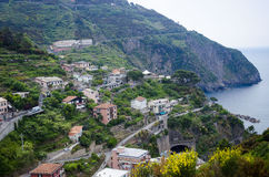 Vila italiana nas montanhas com litoral Fotos de Stock Royalty Free