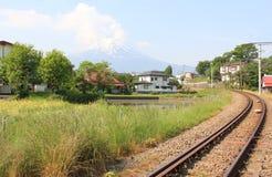 Vila japonesa com a montanha de Fuji no fundo Foto de Stock
