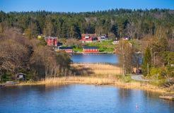 Vila litoral com as casas de madeira vermelhas Imagem de Stock Royalty Free
