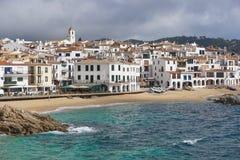 Vila litoral da Espanha com Sandy Beach Costa Brava fotografia de stock