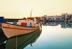 Vila litoral do console grego fotografia de stock