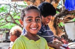 Vila local da criança em Mana Island, Fiji foto de stock