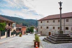 Vila medieval com a coluna transversal na maneira Camino de Santiago do peregrino, Espanha Cidade europeia velha com quadrado e i imagem de stock