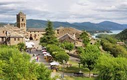 Vila medieval dos Pyrenees com as casas de pedra bonitas, Huesca de Ainsa, Espanha fotos de stock
