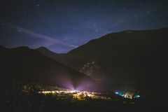 Vila minúscula na noite fotos de stock