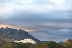 Vila mouro velha de Mojacar vista da praia, situada em um monte montanhoso fotos de stock royalty free