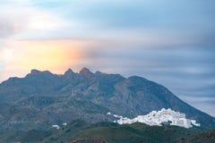 Vila mouro velha de Mojacar vista da praia, situada em um monte montanhoso imagem de stock royalty free