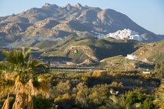Vila mouro velha de Mojacar vista da praia, situada em um monte montanhoso fotografia de stock