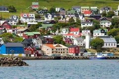 Vila nórdica pequena no mar com construções coloridas Foto de Stock Royalty Free