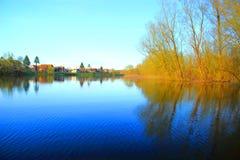 Vila na costa do rio Imagens de Stock Royalty Free