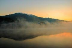 Vila na névoa fotografia de stock