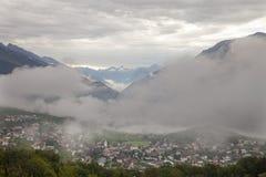 Vila na paisagem suíça típica de Wallis ou de Vancôver perto do sierre com nuvens e montanhas Imagens de Stock