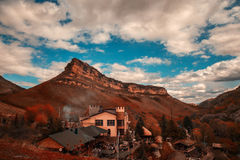 Vila nas montanhas Foto de Stock Royalty Free