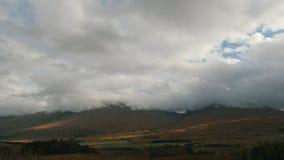 Vila nas montanhas das montanhas - paisagem escocesa rural, tempo-lapso vídeos de arquivo