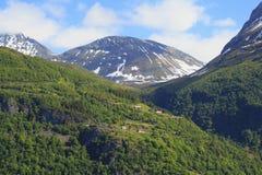 A vila nas montanhas de Noruega fotografia de stock