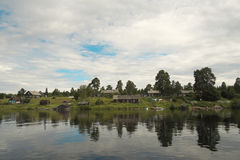 Vila no banco de rio. Imagem de Stock Royalty Free