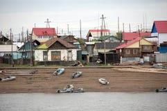 Vila no interior Rússia da costa do rio de Kolyma Imagens de Stock Royalty Free