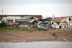 Vila no interior Rússia do rio de Kolyma Fotos de Stock Royalty Free