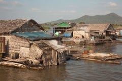 A vila no lago sap de Tonle da água Foto de Stock Royalty Free