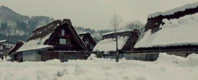 Vila no pé da montanha no inverno fotografia de stock royalty free