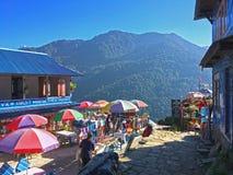 Vila no passeio na montanha de Annapurna das montanhas dos Himalayas fotografia de stock