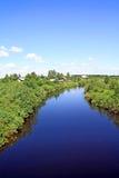 Vila no rio da costa foto de stock