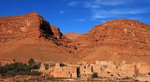 Vila no vale do deserto, Marrocos fotos de stock