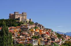 A vila nomeou Celano e seu castelo Piccolomini& x28; Italy& x29; foto de stock