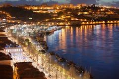 Vila Nova de Gaia vid natt i Portugal Royaltyfri Bild