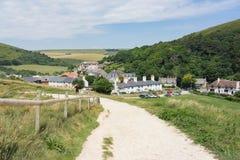 Vila ocidental de Lulworth pela angra de Lulworth em Dorset, Reino Unido fotografia de stock