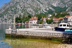 Vila Orahovac Baía de Kotor, Montenegro, mar de adriático Foto de Stock