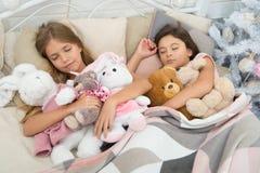 Vila på vinterferier sova för barn Små barn sover på julgranen Små flickor som ligger i säng med royaltyfri bild