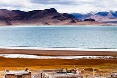 Vila pela costa norte do lago de DangQiongCuo Imagens de Stock Royalty Free