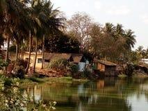 A vila pelo lado de um lago Fotografia de Stock Royalty Free