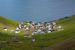 Vila pelo mar, Ilhas Faroé Fotos de Stock