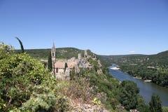 Vila pequena antiga que negligencia o rio de Ardèche Fotos de Stock Royalty Free