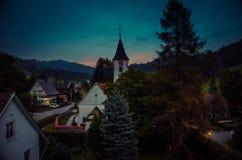 Vila pequena Bolsternang com igreja, sul Alemanha, no por do sol imagem de stock