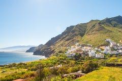 Vila pequena bonita de Igueste de San Andres da vista em Ilhas Canárias de Tenerife fotografia de stock