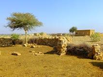 Vila pequena com as casas tradicionais no deserto de Thar perto de Jaisal Imagem de Stock
