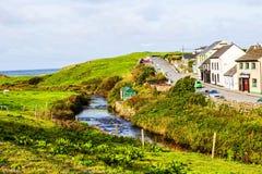 Vila pequena da rua principal de Doolin, Irlanda imagens de stock royalty free