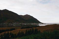 Vila pequena de Islândia nas montanhas foto de stock